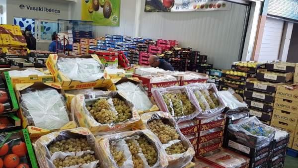 Uvas en exposición para la venta en Mercamurcia