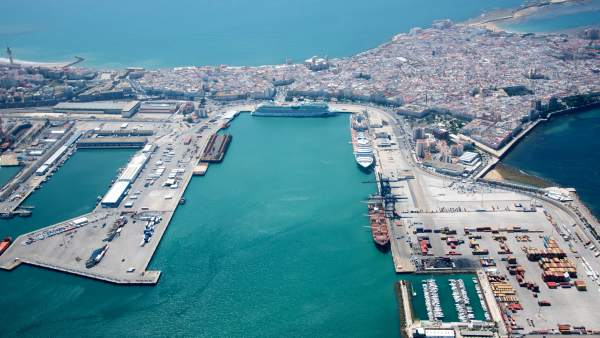 Viata aérea del puerto comercial de Cádiz