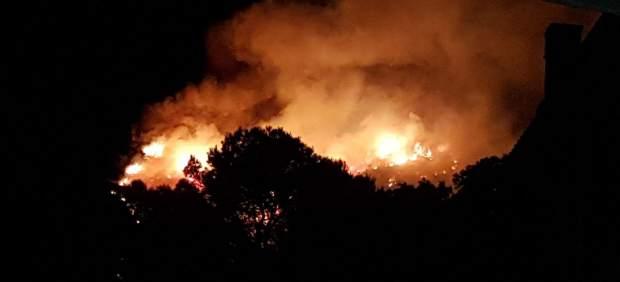 Las llamas del incendio forestal de Castelldefels.
