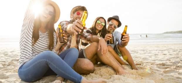Jóvenes bebiendo en una playa