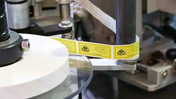 Imagen de la máquina que coloca las contraetiquetas de la DO Rueda