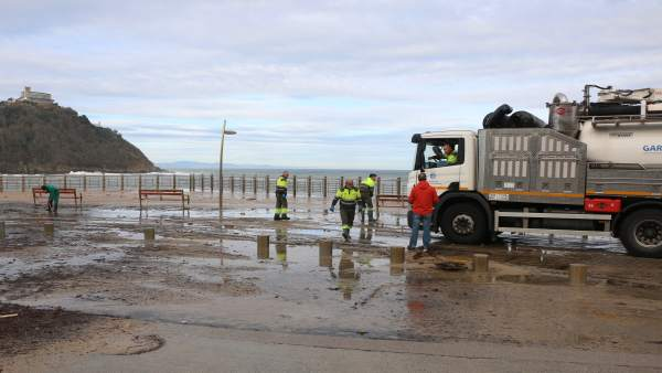 Daños en el Paseo Nuevo de San Sebastián tras un temporal.