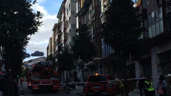 Incendio en un edificio de la calle de el Rosal de Oviedo