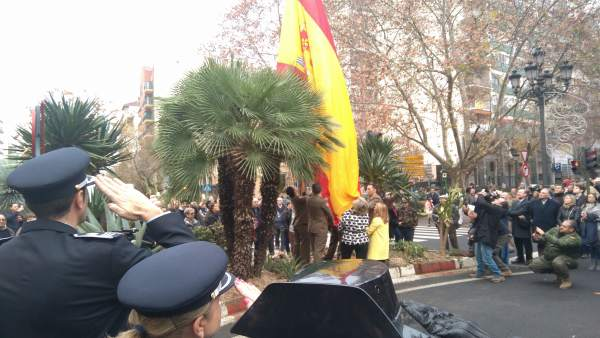 Izado de la bandera de España en Cáceres