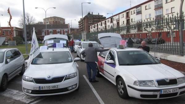 Taxistas de Valladolid a la salid de su protesta por las 16 horas