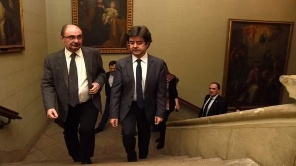 Javier Lambán llega al Ayuntamiento de Huesca, con el alcalde, Luis Felipe