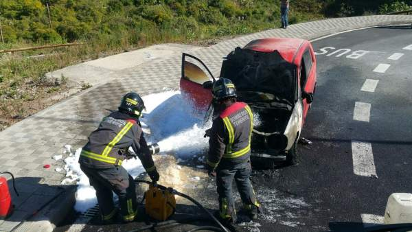 Actuación de los bomberos por un accidente de tráfico
