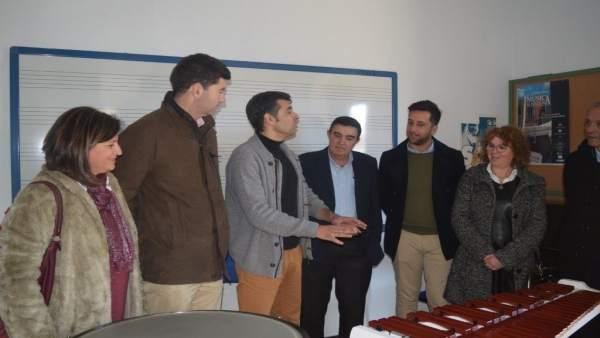 El delegado de Educación Huelva, Vicente Zarza, en el conservatorio de Valverde.