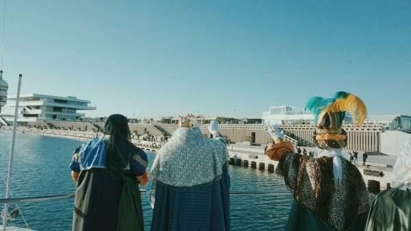 Los Reyes Magos llegan a la Marina de València desde el mar