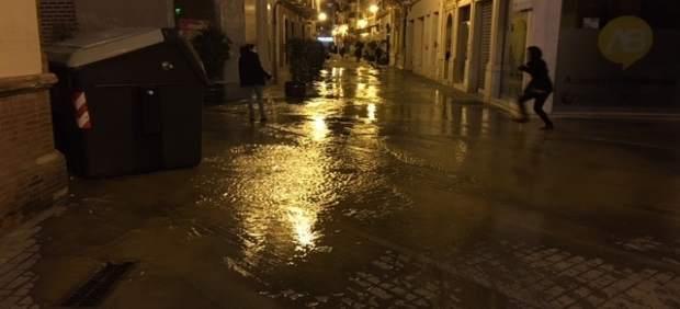 Una rotura de tubería en una calle céntrica de Huelva.