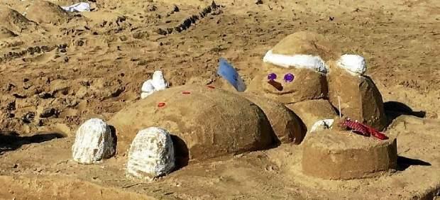 Muñeco de nieve hecho con arena de playa en Islantilla.