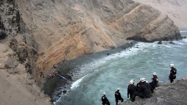 Labores de rescate en el accidente sucedido en el acantilado Pasamayo (Perú).