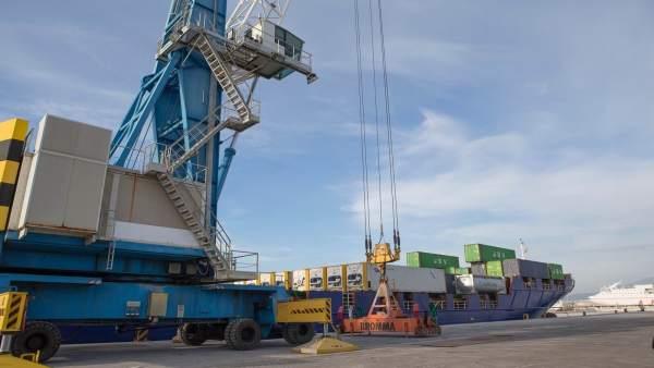 Operativo con contenedores en el puerto de Motril (Granada)