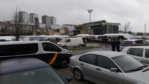 Amplia presencia policial en el mercadillo de Salgueiriños en Santiago