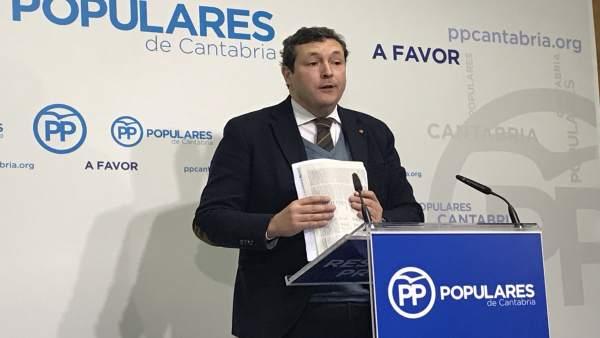 El portavoz del PP de Cantabria, Iñigo Fernández, en rueda de prensa