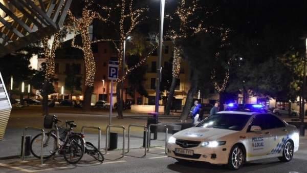 Coche de la policía local en Navidad
