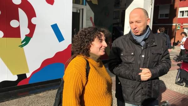 Arntza Gracia y Carmelo Asensio ante un local vinilizado en Las Fuentes