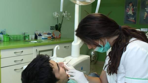 Atención odontológica gratuita por la Diputación y la UGR