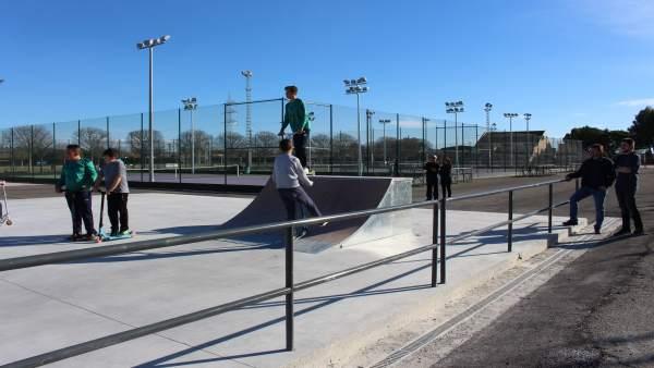 Daniel Isábal y Carlos Arroyos, a la derecha de la foto, visitan el skatepark