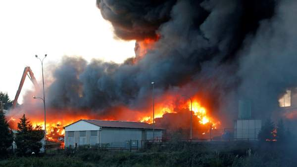 Incendio en un desguace de Gijón