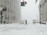 Peatones caminan bajo la nieve en Nueva York