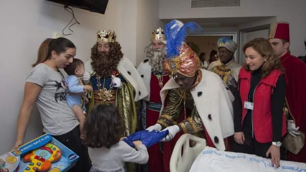Los Reyes Magos, junto a María Martín, visitan a los niños en el Hospital