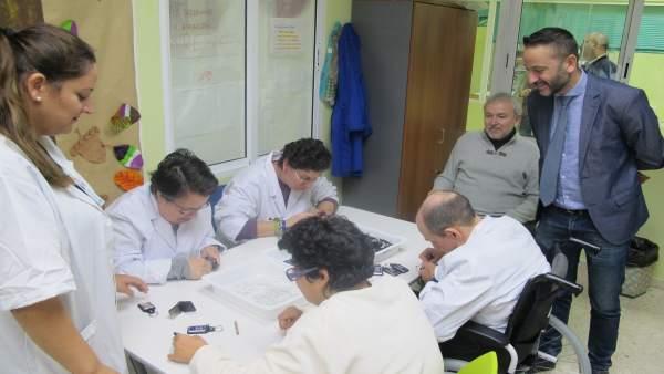 Tortosa junto al presidente de la asociación Verdiblanca con usuarios de su CEE