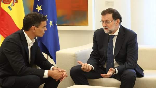 Rajoy recibe a Pedro Sánchez en Moncloa por el desafío catalán