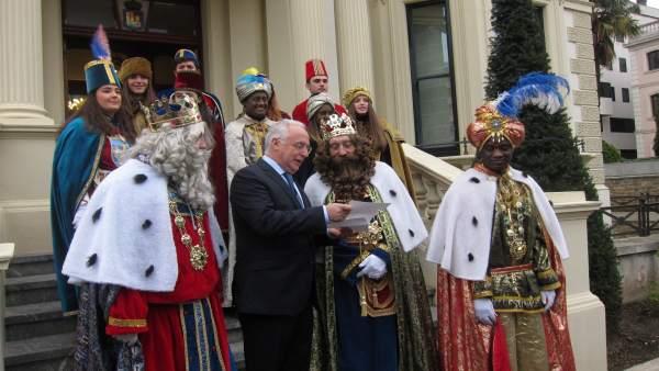 Ceniceros entrega su carta a los Reyes Magos