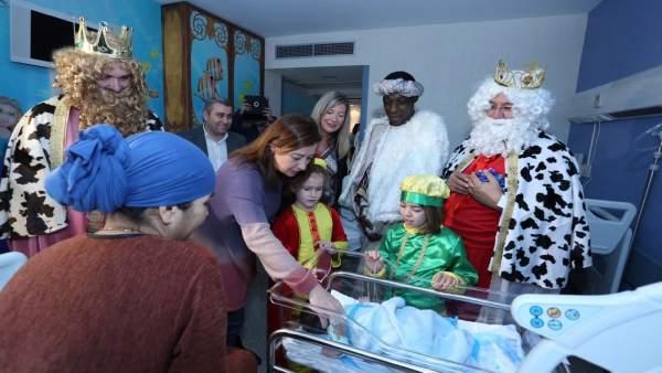 Armengol en la visita de los Reyes Magos a los hospitales de Inca y Manacor