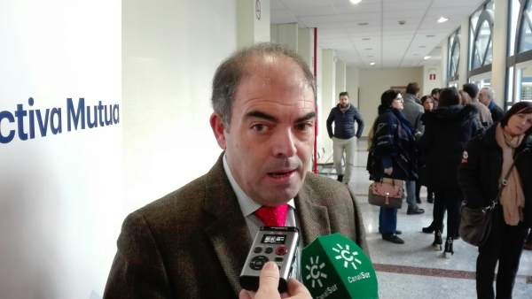 El presidente de ATA, Lorenzo Amor, atiende a los periodistas