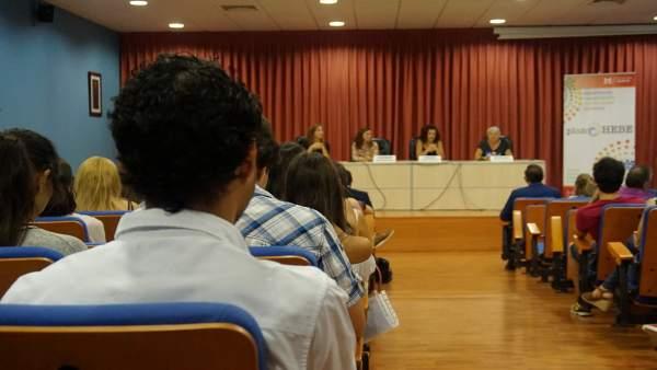 Jóvenes solicitan becas del Hebe, primera oportunidad de la Diputación de Huelva