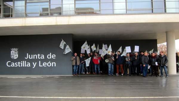 Oncentración a las puertas de la Delegación de la Junta en Salamanca