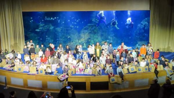 Más de cien niños reciben regalos de Reyes en el Mar Rojo del Oceanogràfic