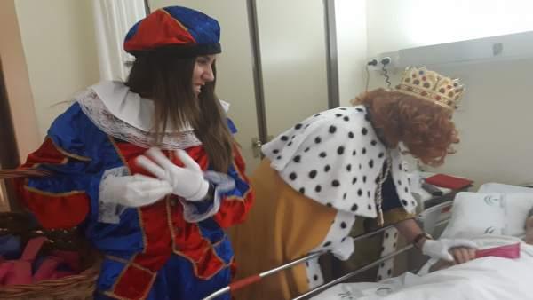 Los Reyes Magos visitan a los pacientes en el Hospital Infanta Elena.