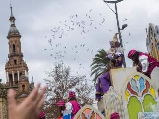 Los reyes magos desafían a la lluvia en Sevilla