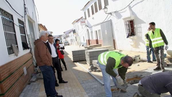 Ignacio Caraballo visita las obras del PFEA en Villanueva de los Castillejos.