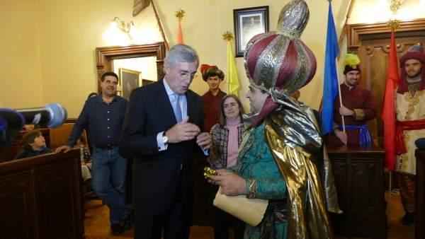 El alcalde de Ávila con el emisario de los Reyes Magos