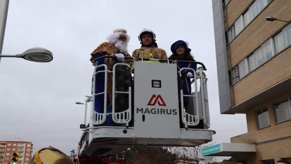 Los Reyes Magos entran en el Hospital Infantil ayudados por Bomberos de Zaragoza
