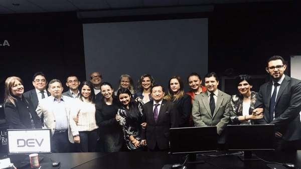 Ana Aliende con su alumnos de la Universidad Rafael Landivar