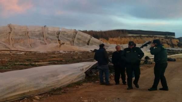 Visita del subdelegado del Gobierno a zonas afectadas por un tornado en El Ejido