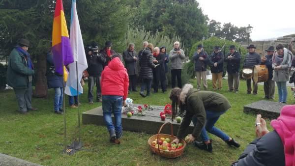 Homenaje de Isaac Díaz Castro en el cementerio de Boisaca de Santiago