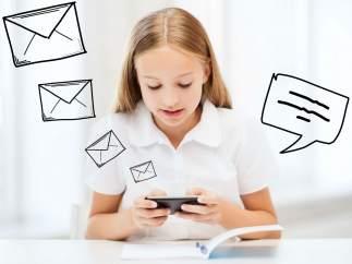 Una niña usa el móvil