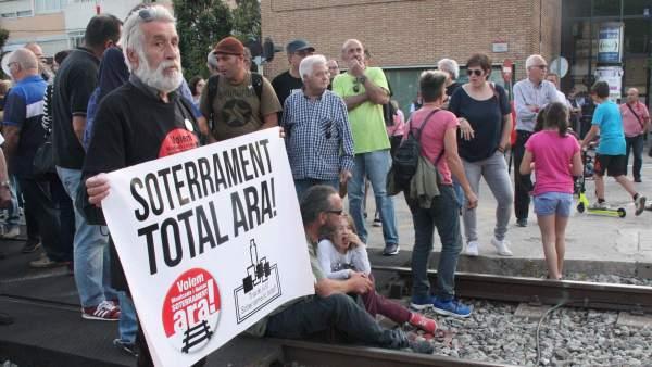 Los manifestantes cortando las vías en Montcada i Reixac