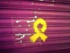 Pintan un lazo amarillo en la persiana del comercio de la madre de Albert Rivera en Granollers.
