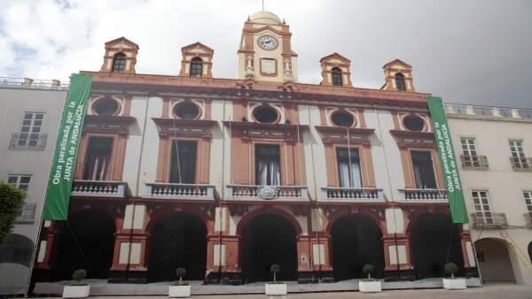 Lona sobre la fachada del Ayuntamiento en la Plaza Vieja