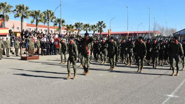 Desfile de los efectivos que partirán a Letonia