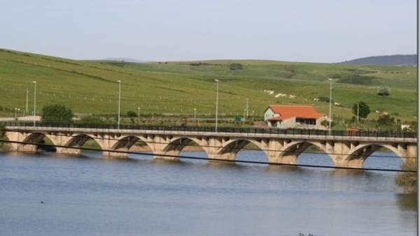 Puente viejo de La Población sobre el pantano del Ebro