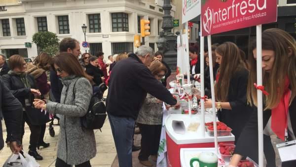 Onubenses colaboran con la campaña 'Campanadas con fresas' para la AECC.