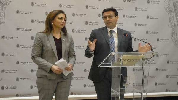 El alcalde de la ciudad, Francisco Cuenca, en presencia de la edil Raquel Ruz